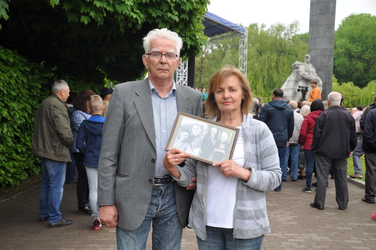 Полтавці Людмила і Віктор тримають в руках портрети своїх дідуся і бабусі. Вони захищали Чорноморський флот який в той час стояв в Батумі. Були зенітниками. Пройшли разом всю війну.