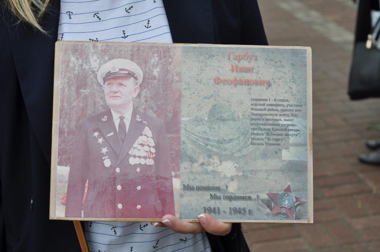 Полтавки Тетяна і Катерина розповіли про своїх дідів Івана Гарбуза та Іллі Хижняка. Іван Гарбуз у 1941 році пішов на війну. Був морським піхотинцем на Північному фронті. Конвоював кораблі американців з продовольством і зброєю по замінованому морю. На шлюпці розміновував дорогу — і кораблі США везли в СРСР необхідне продовольство. За це Іван Гарбуз отримав медаль Ушакова. Ілля Хижняк пішов на війну у 1942 році. Воював в складі зенітної дивізії Білоруського фронту. Був два рази поранений, нагороджений «Медаллю за відвагу».