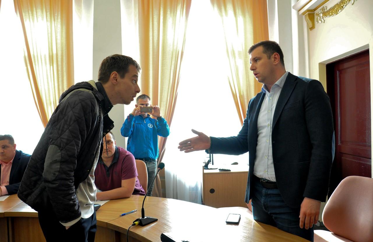 Олександр Шамота розмовляє з перевізником