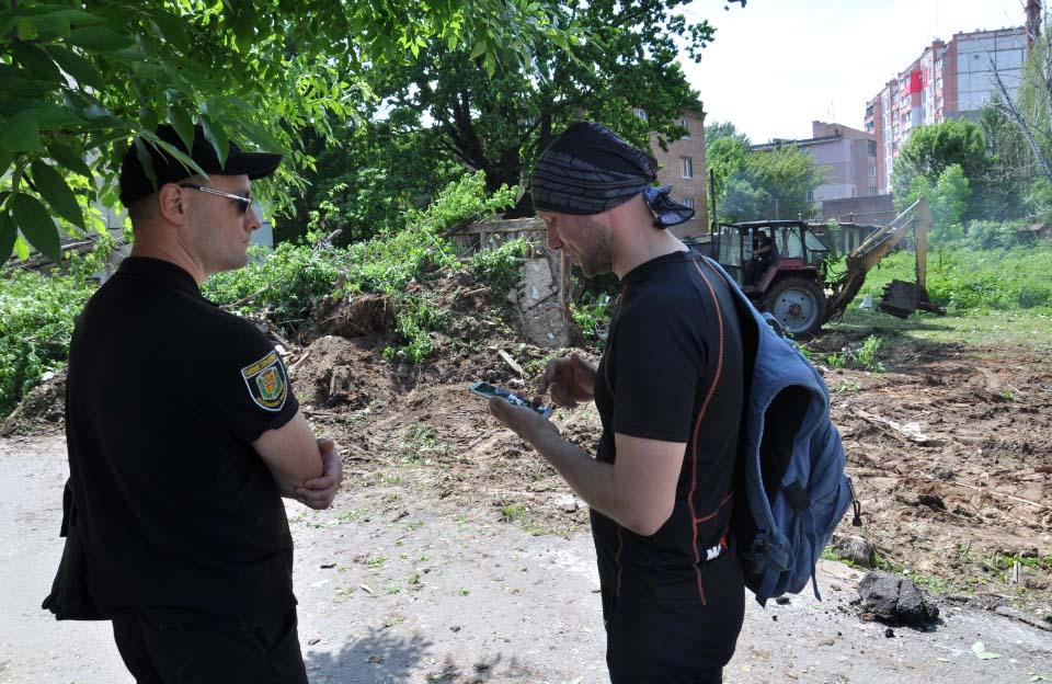 Олександр Сліпак розмовляє із поліцейським