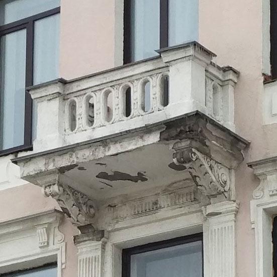 Один з демонтованих балконів | Фото з архіву «Полтавщини»