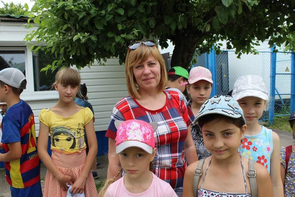 Вихователька пришкільного табору ЗОШ № 15 Наталії Кушніренко разом зі своїми вихованцями