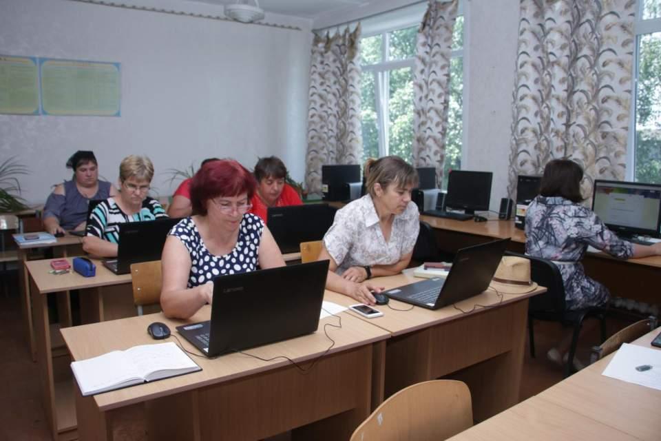 Студенти курсів комп'ютерної грамотності для дорослих