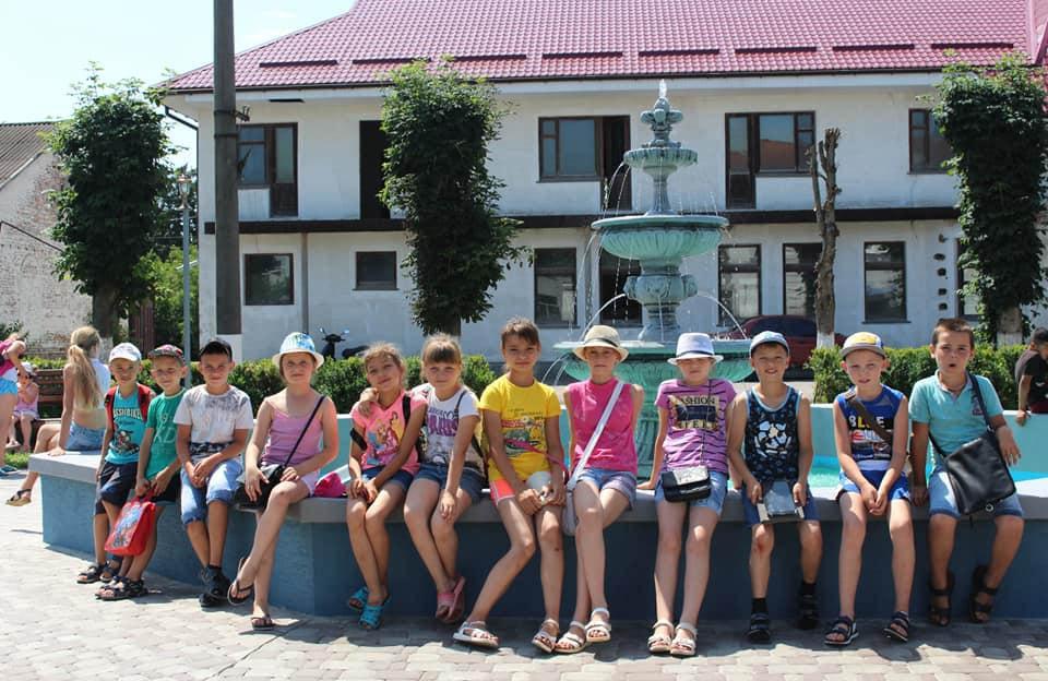 Діти біля відремонтованого фонтана