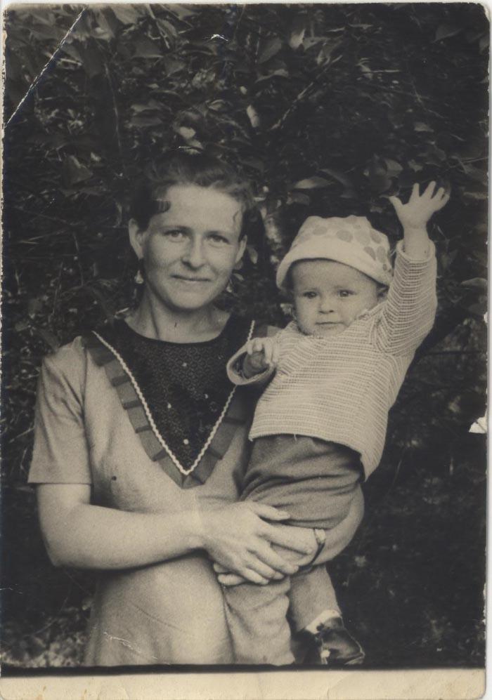 Маленький Олександр з мамою Марією Іванівною