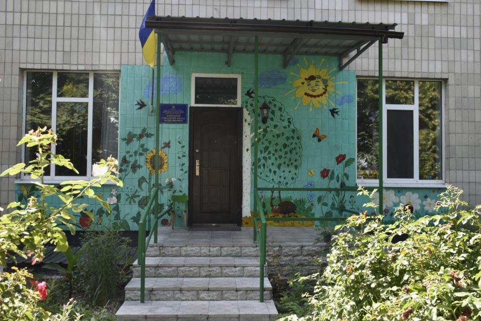 Садочок має власний вихід на двір з будівлі школи