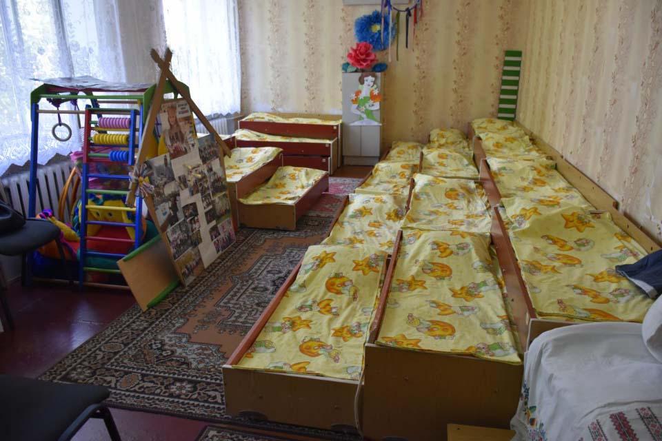 На першому поверсі школи перепланували кілька великих класних кімнат в приміщення для дошкільнят