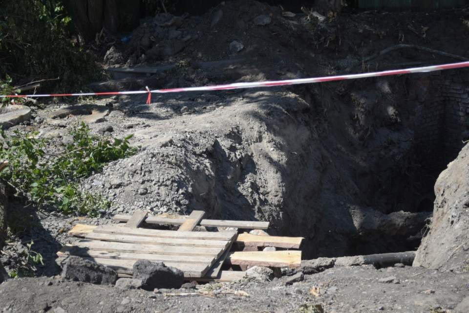 На перехресті вулиць Нижньомлинська та Стрітенська працівники «Полтававодоканалу» ремонтують колектор та водогін