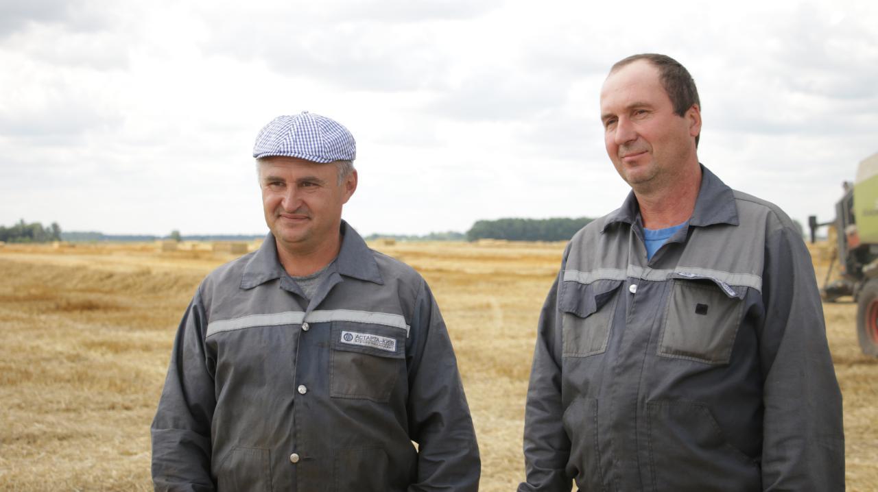 Механізатори Геннадій Сулименко та Олександр Дековець — вони займаються тюкуванням соломи на жнивах
