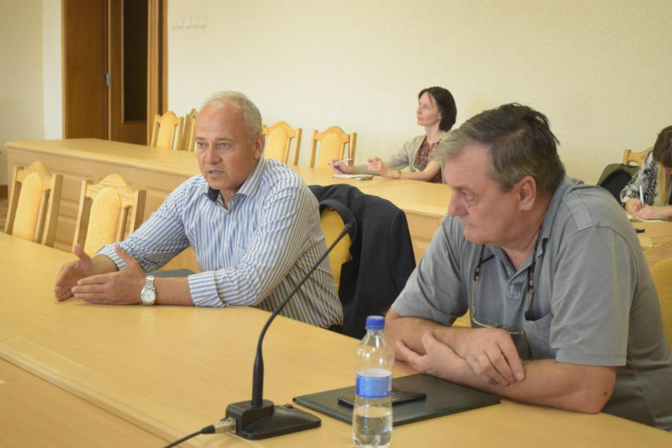 Члени депутатської групи при обговоренні питання