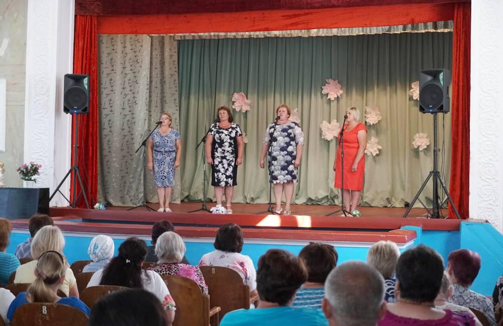 Жителів села вітали піснями та танцями