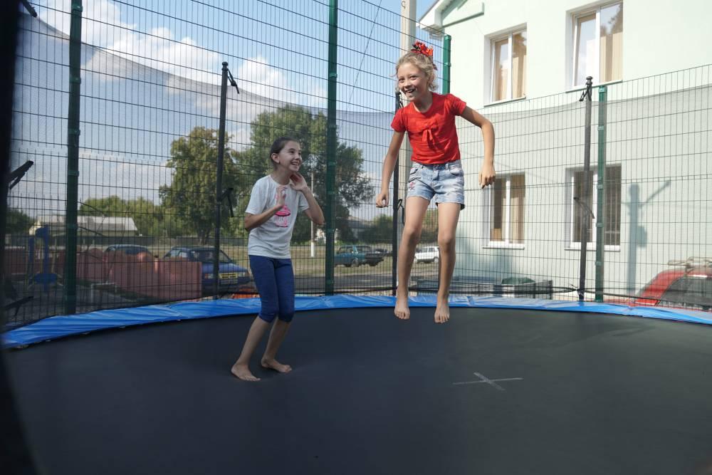 Дiти з задоволенням стрибали на батутах