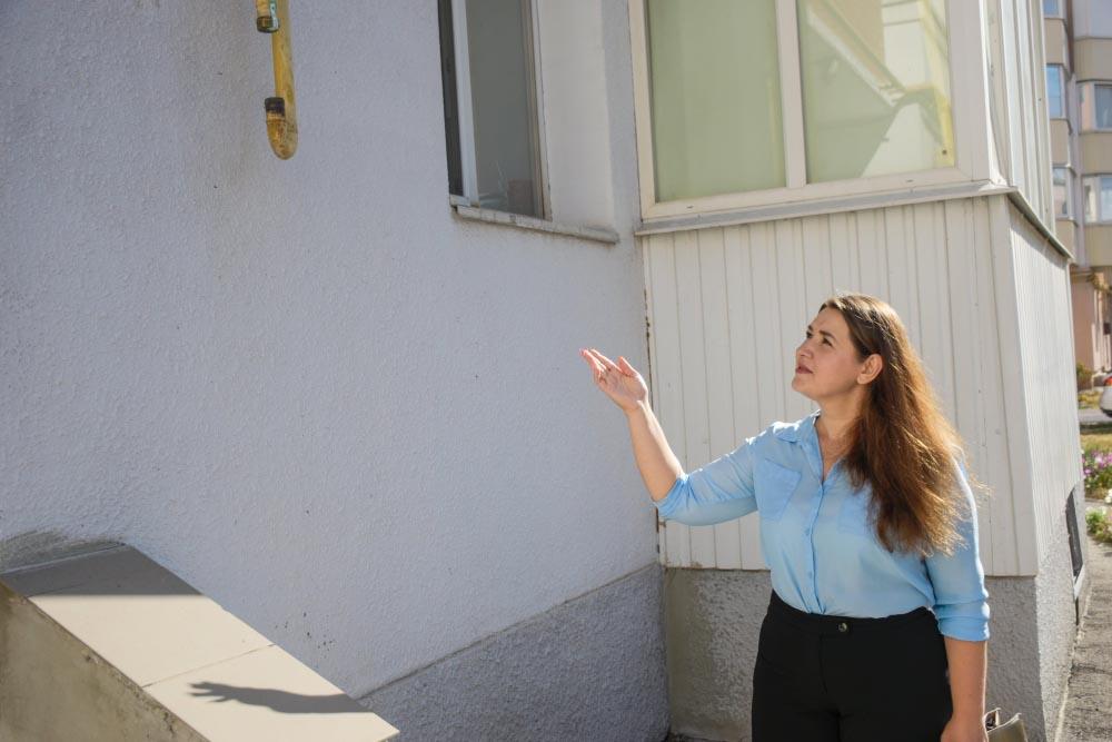 Голова ОСББ Наталія Мамаєва показує запломбовану газову трубу