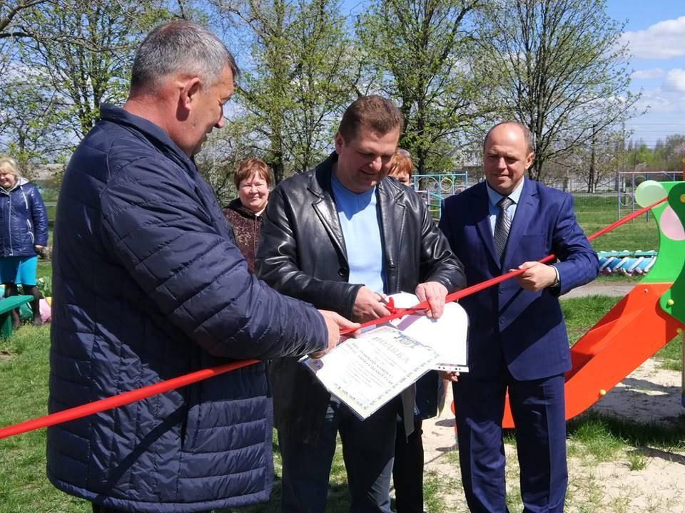 В. Чечель (по центру) урочисто відкриває дитячий майданчик (джерело — сайт партії «УКРОП»)