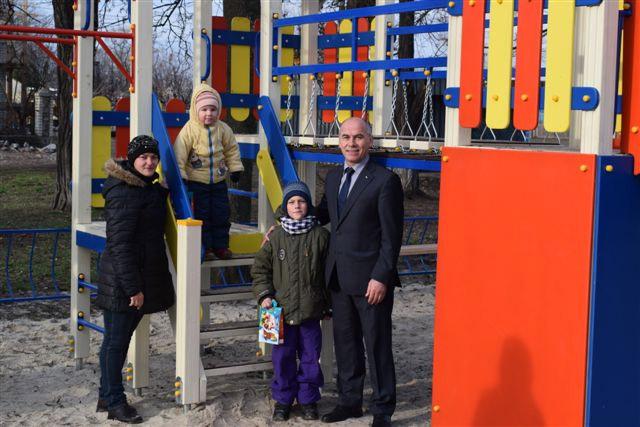 В. Хоменко на дитячому майданчику, збудованому за кошти Фонду розвитку територій (джерело — ОКІА «Новини Полтавщини»)