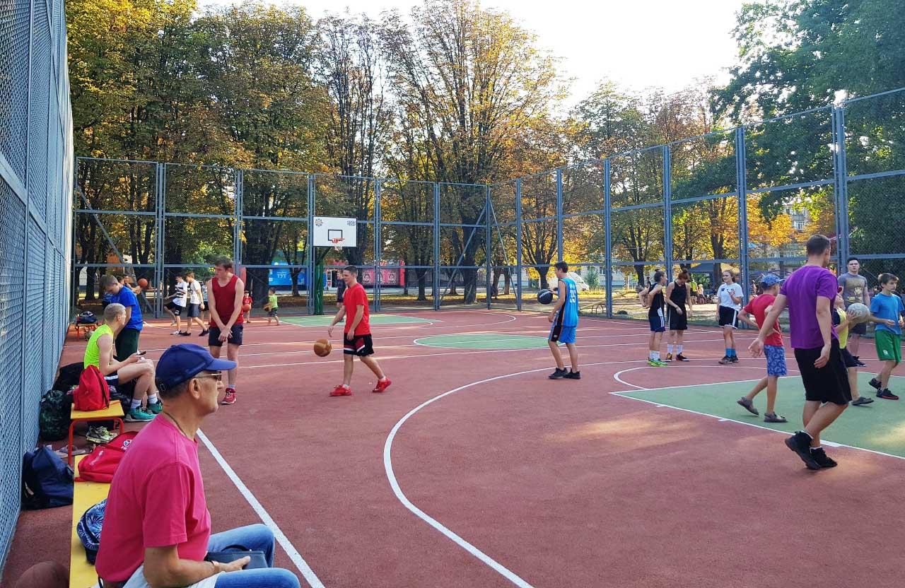 Для порівняння — баскетбольний майданчик на вул. Івана Мазепи, 32