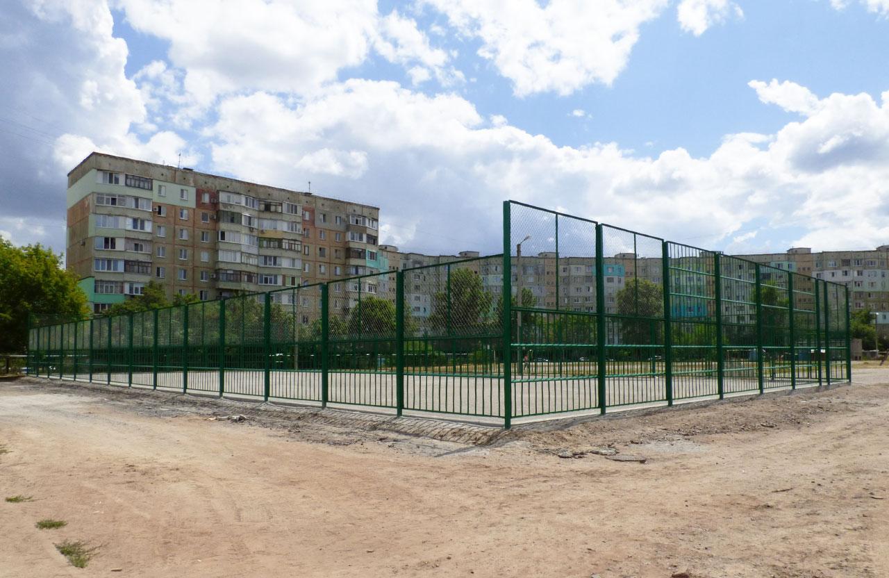 Основа та огорожа поля гімназії № 17, яке коштувало бюджету 1,4 млн грн