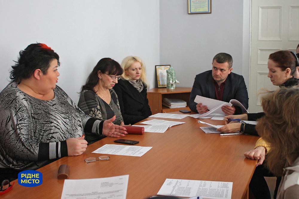 Свої пропозиції на засіданні комітету доступності озвучує Наталія Московець