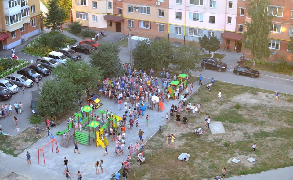 Новий дитячий майданчик у дворі будинків на вул. Гожулівській, 24, 26, 28, 30