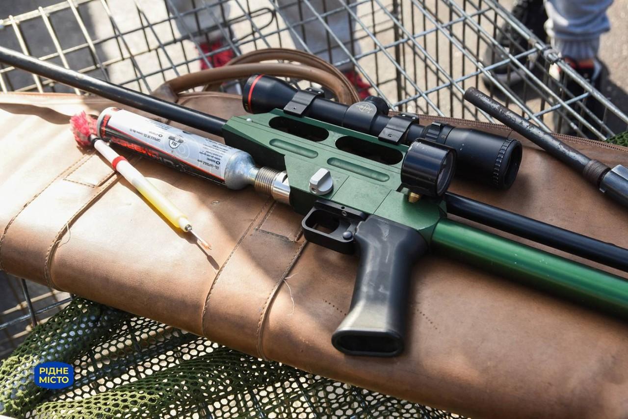 Рушниця для відстрілу дротиків зі снодійним. Застосовується виключно до агресивних тварин