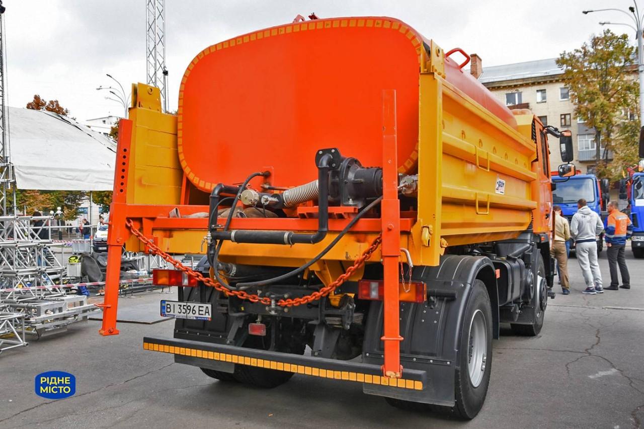Дорожня комбінована машина поливає дороги влітку, прибирає сніг взимку, перевозить вантажі цілий рік