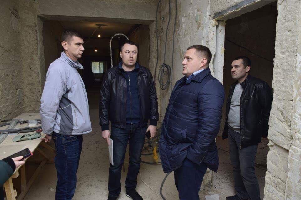Володимир Швайковський (другий зліва)