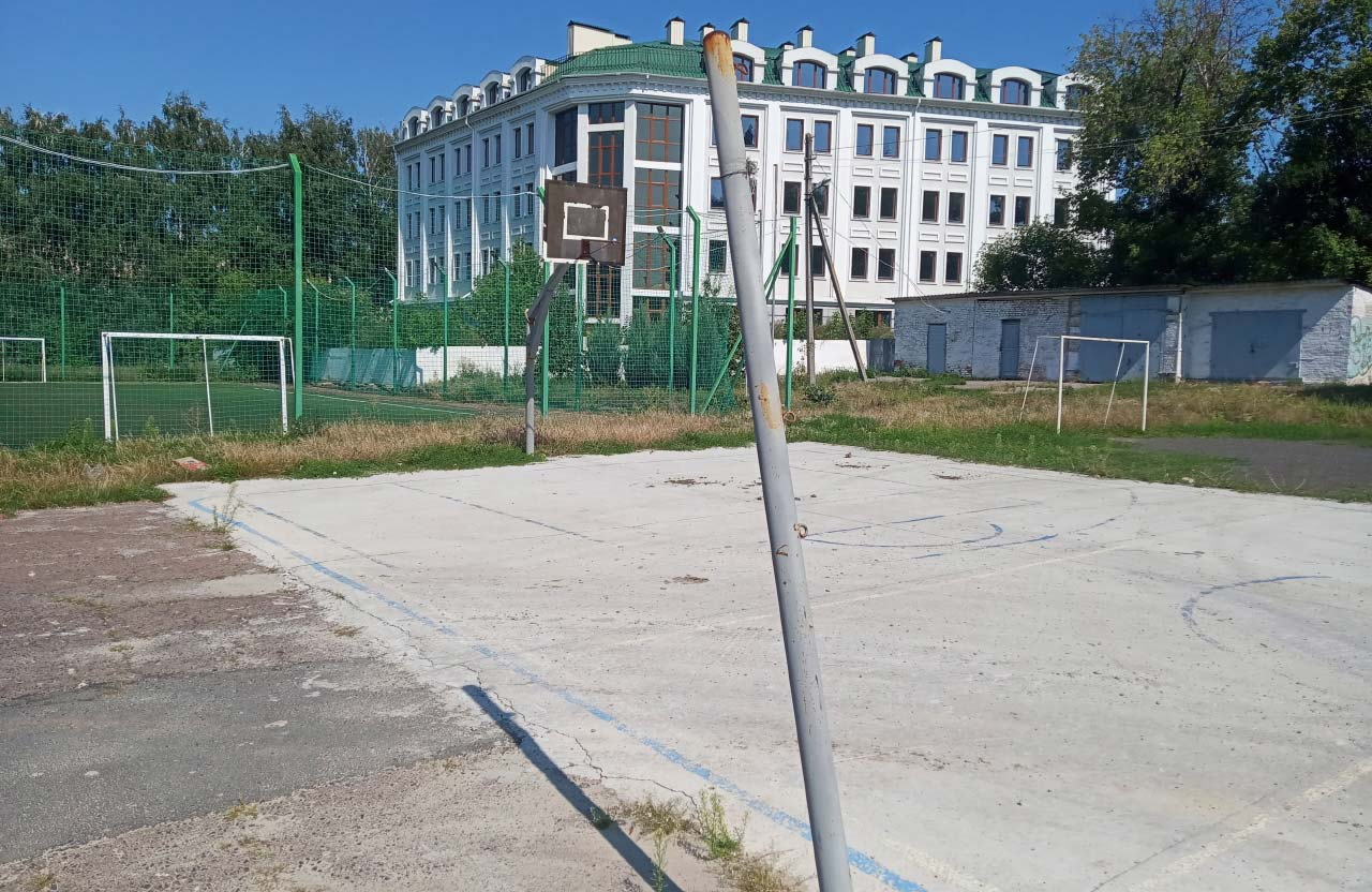 Старий баскетбольний майданчик на території ліцею № 3