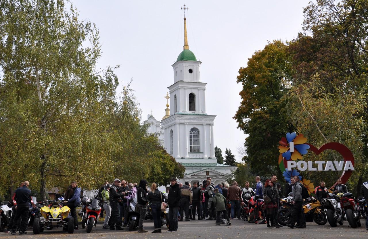 НаСоборному майдані, біля Свято-Успенського собору зібралося декілька сотень байкерів.
