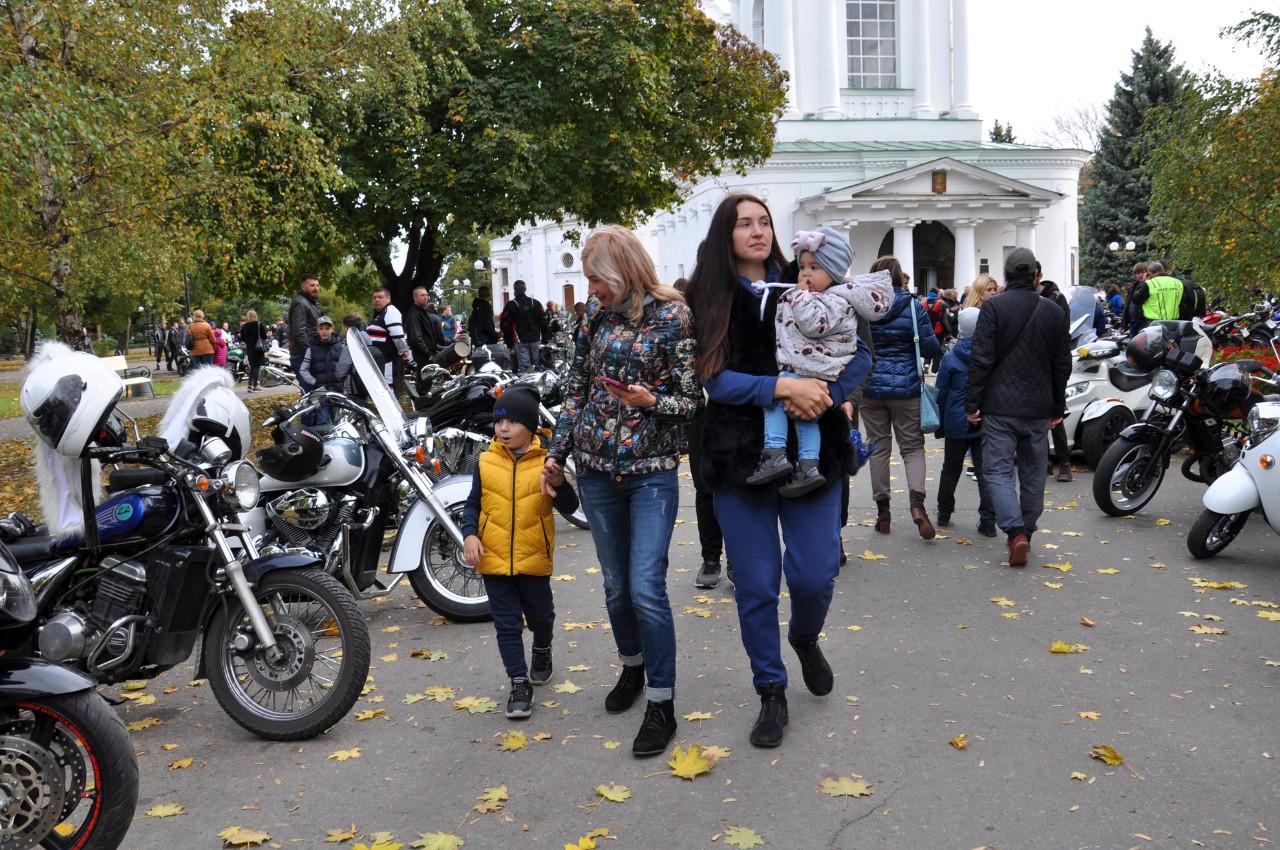 Наколони мотоциклів прийшли подивитися мешканці міста. Особливо було цікаво дітям.