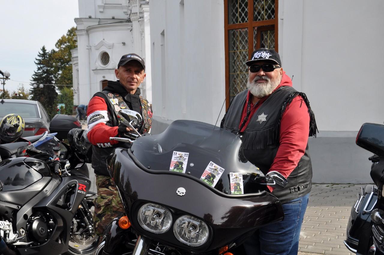 Байкери біля легендарного «Harley-Davidson».