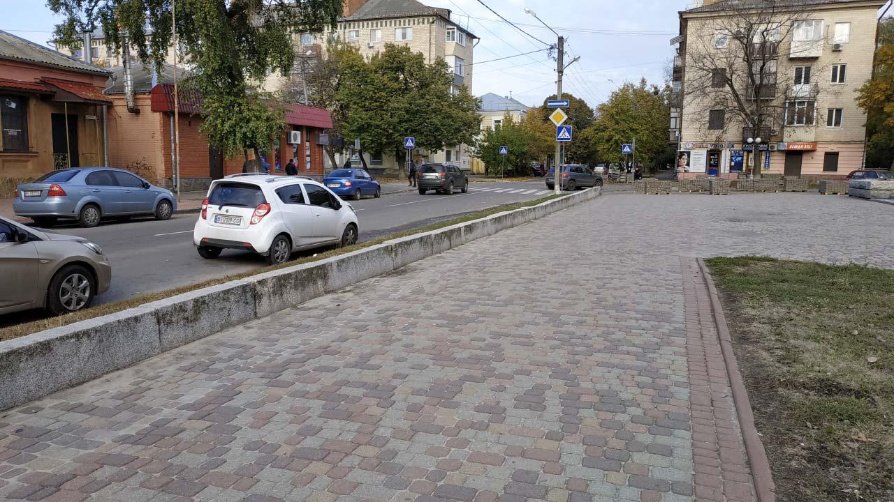 Поблизу лялькового театру замінять плитку лише вздовж вул. Чорновола