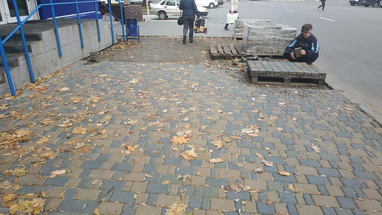 Демонтаж плитки поблизу «Віват провінції»