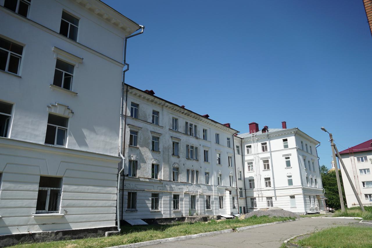 Будівля гуртожитку задній двір