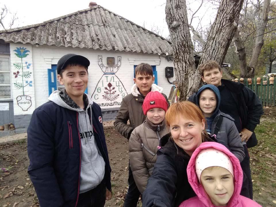 Світлана Прохорчук разом з юними туристами