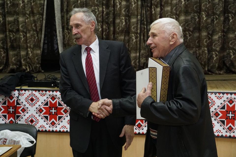 Ігор Процик нагороджує Віктора Климка