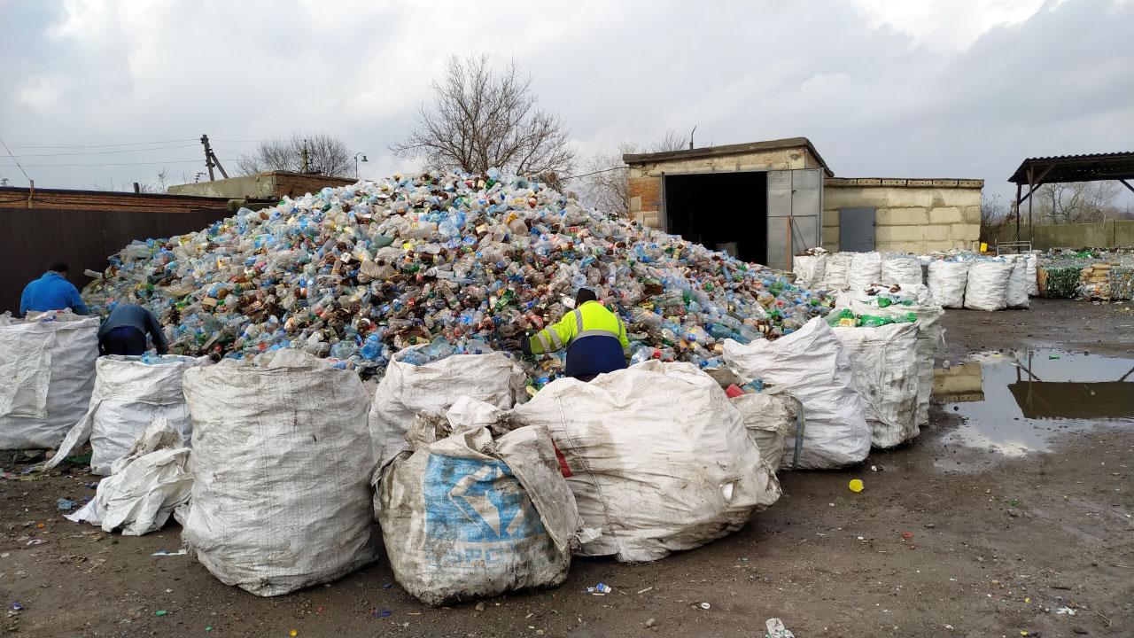 Повторне сортування пластику на території КАТП-1628