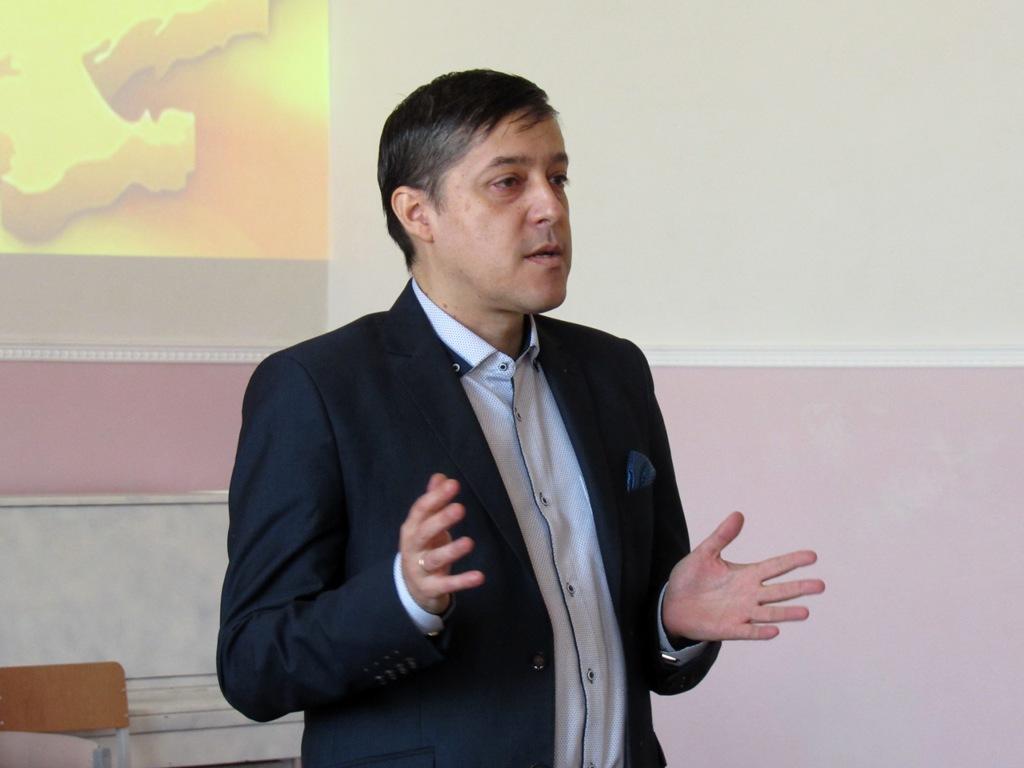 Олег Пустовгар розповідає про Остапа Вишню учням ліцею