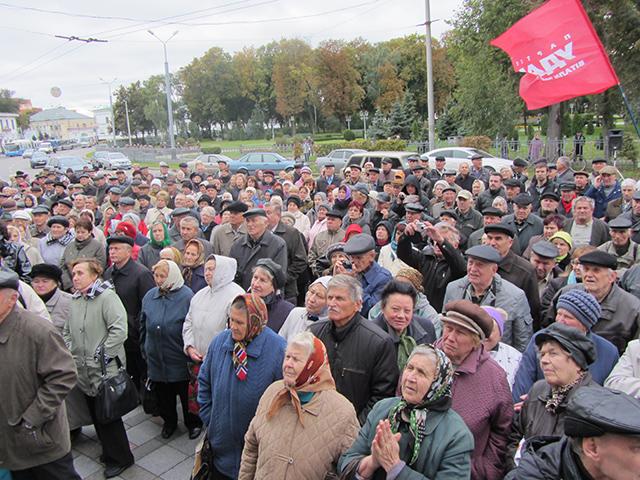 Сергій Каплін зібрав полтавців під стінами міськради, щоб зупинити підвищення тарифів на тепло. Люди слухають виступ Сергія Капліна