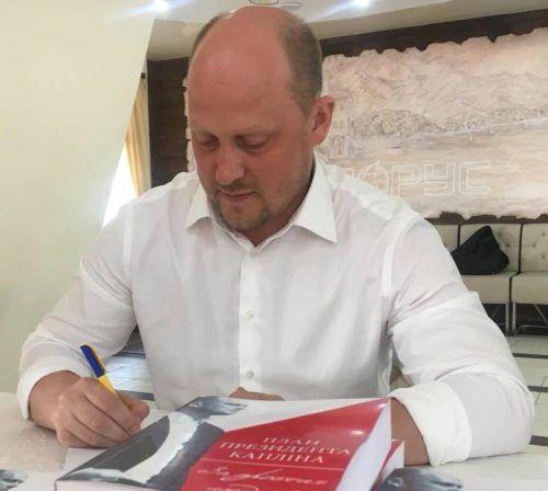 Написав книгу з детальним планом економічних реформ для України, написав нову Конституцію України, підготував низку фундаментальних законопроектів щодо збільшення зарплат, пенсій, зменшення тарифів і тд.
