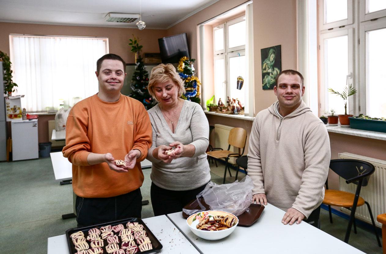 Вихованці центру на заняттях у майстерні (джерело — dzherelocentre.org.ua)