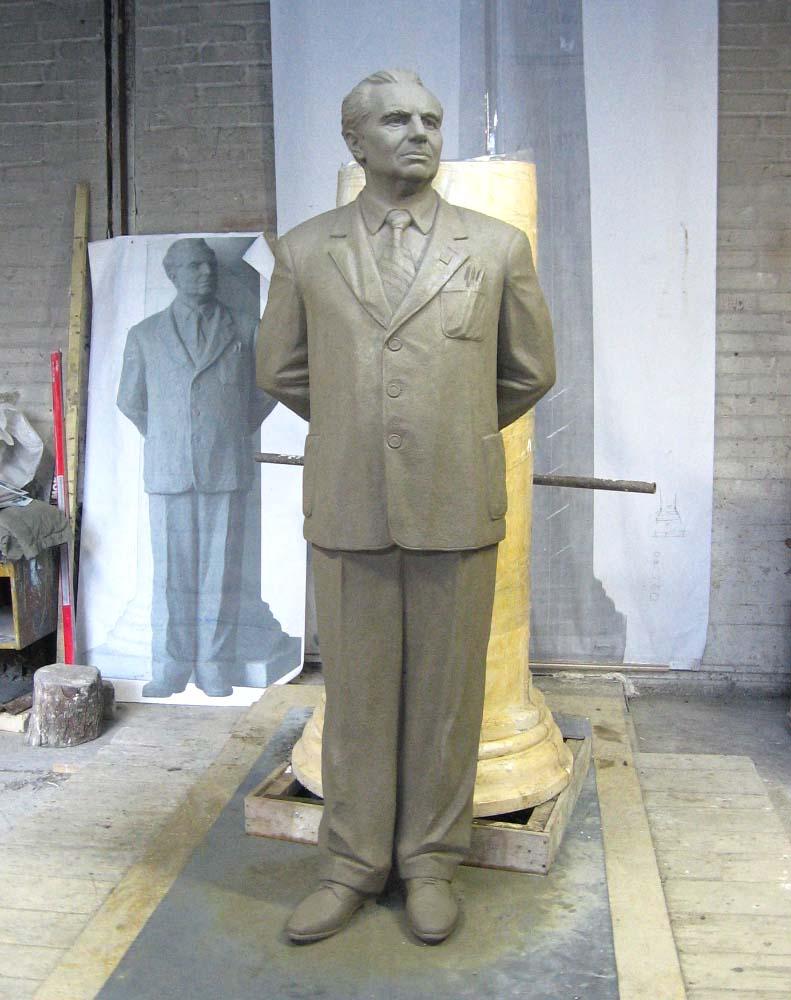Модель пам'ятника, виліплена з глини