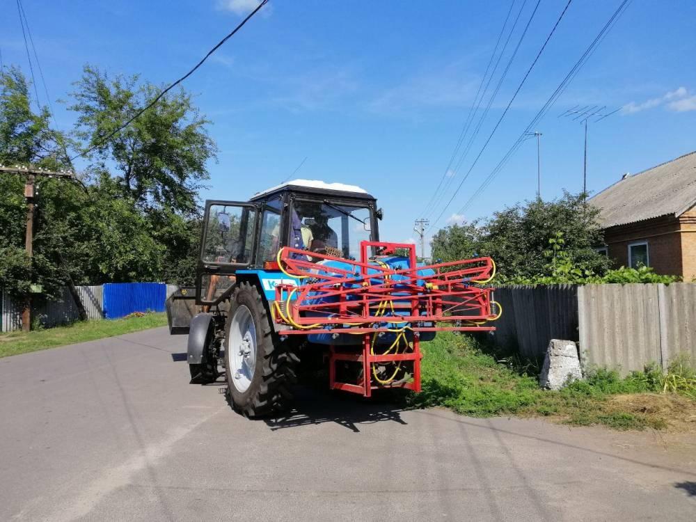 Комунальник трактор бореться з амброзією