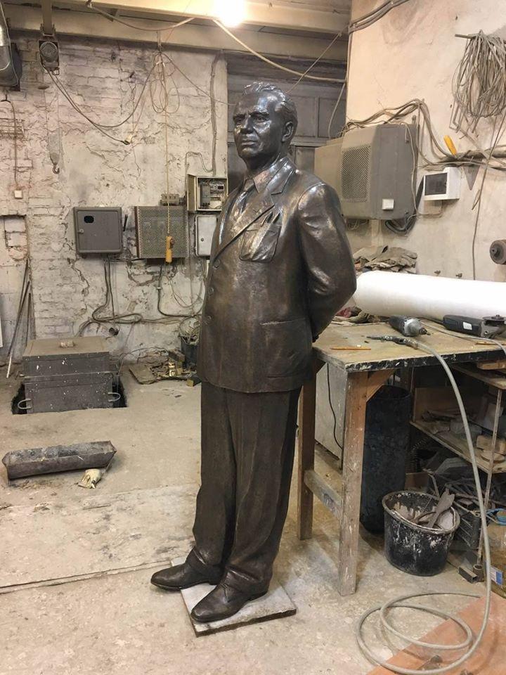 Скульптура Лева Вайнгорта, вилита з бронзи