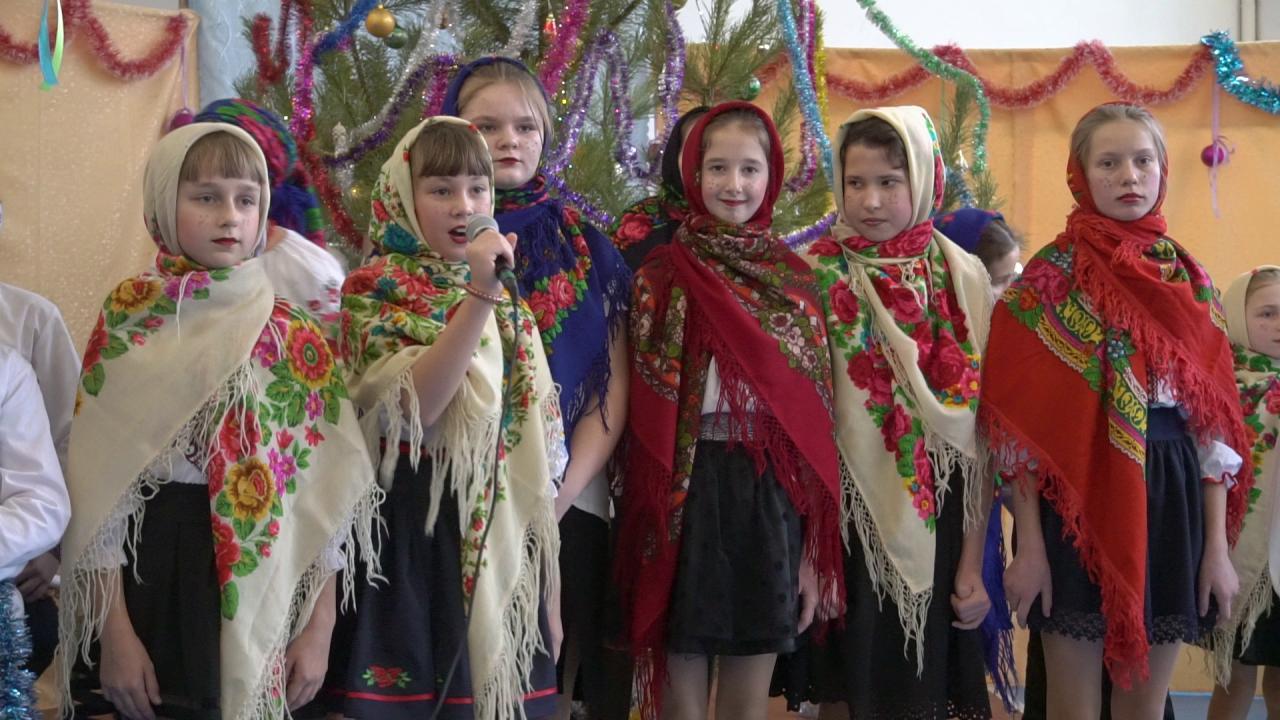 Дівчата співали українські колядки