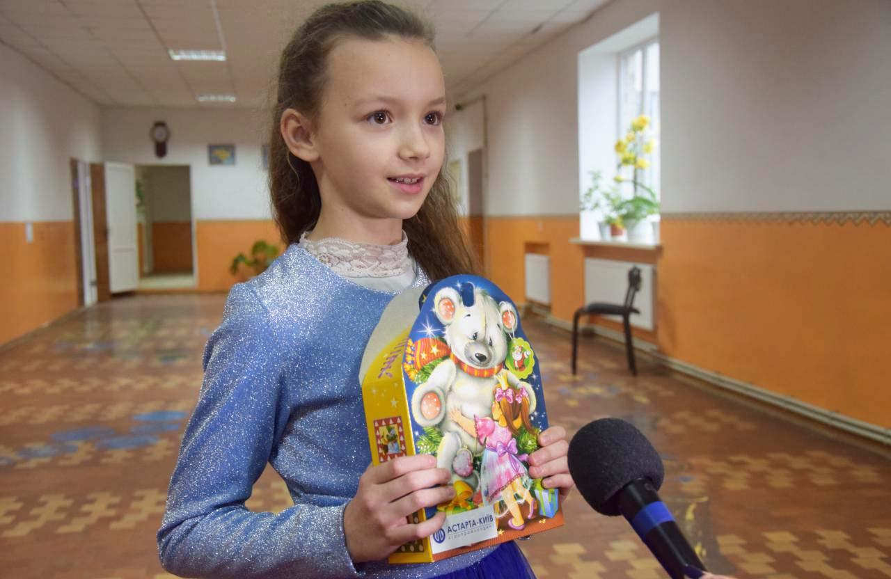 Поліна, учениця 4-го класу, також отримала солодкий подарунок