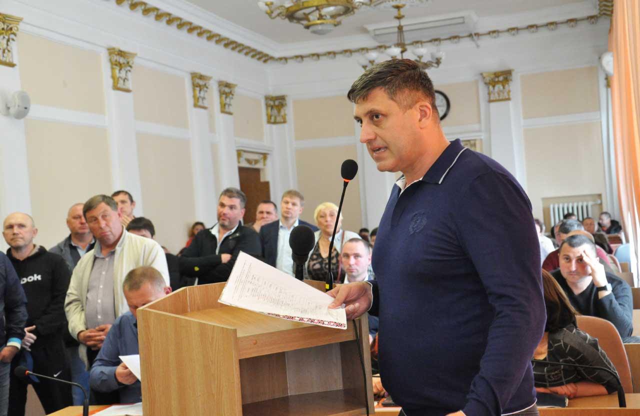 Перевізник Юрій Лупаєнко під час дискусії з депутатами міськради