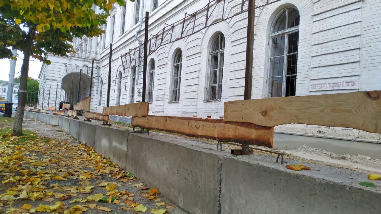 Монтаж нової огорожі навколо Кадетського корпусу