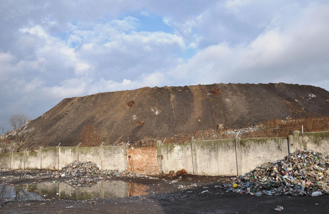 Пересипане землею Макухівське сміттєзвалище