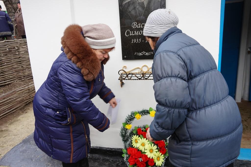 Квіти до меморіальної дошки