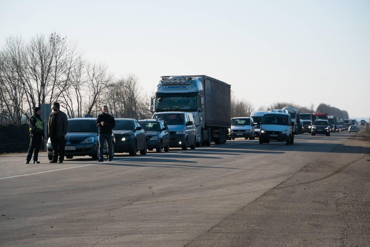 Трасу М-03 перекрили біла повроту на Коломацьке і Степне